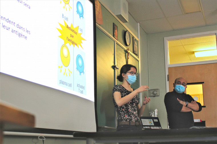 Andréa Courcy,attachée à la promotion de la science au RECSUS, etJorge Alfonso Léon Machado, président du Comité Promo Science du RECSUS, lors d'une présentation sur les vaccins.