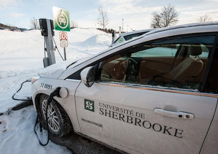 Parmi les mesures prévues dans la stratégie de mobilité durable, l'Université compte augmenter à 20 le nombre de bornes de recharge pour voitures électriques.