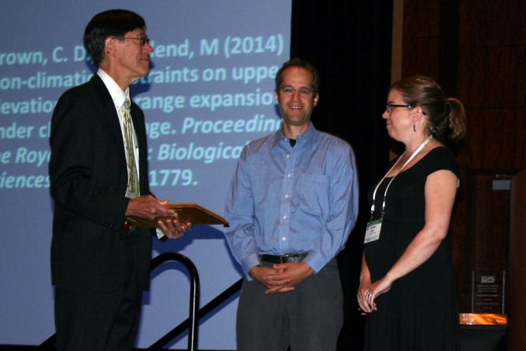 Le président de l'Ecological Society of America, Pr David Inouye, remet le prix W.S. Cooper à PrMarkVellend et Pre Carissa Brown.