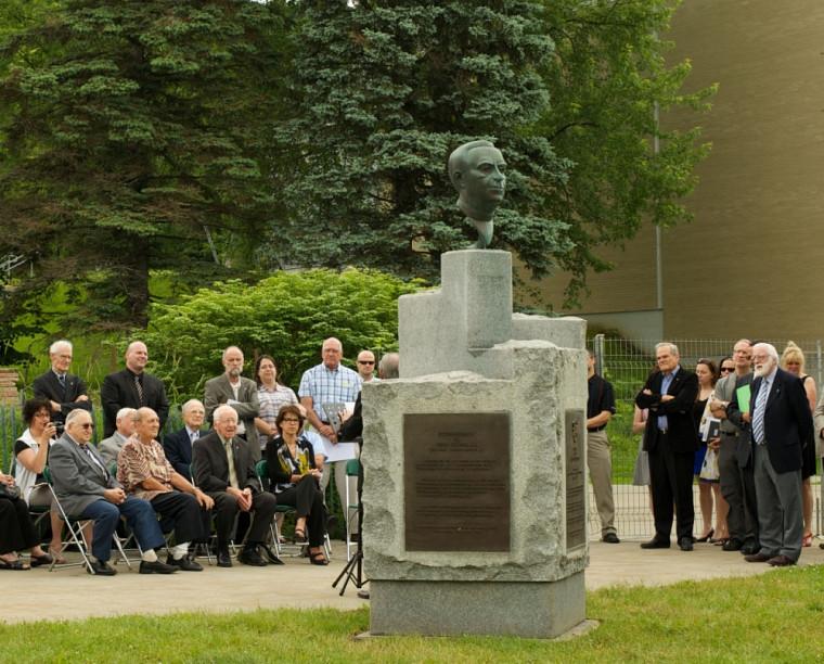 La statue du frère Théode se trouve maintenant sur la colline universitaire, au coeur des sciences et du génie.