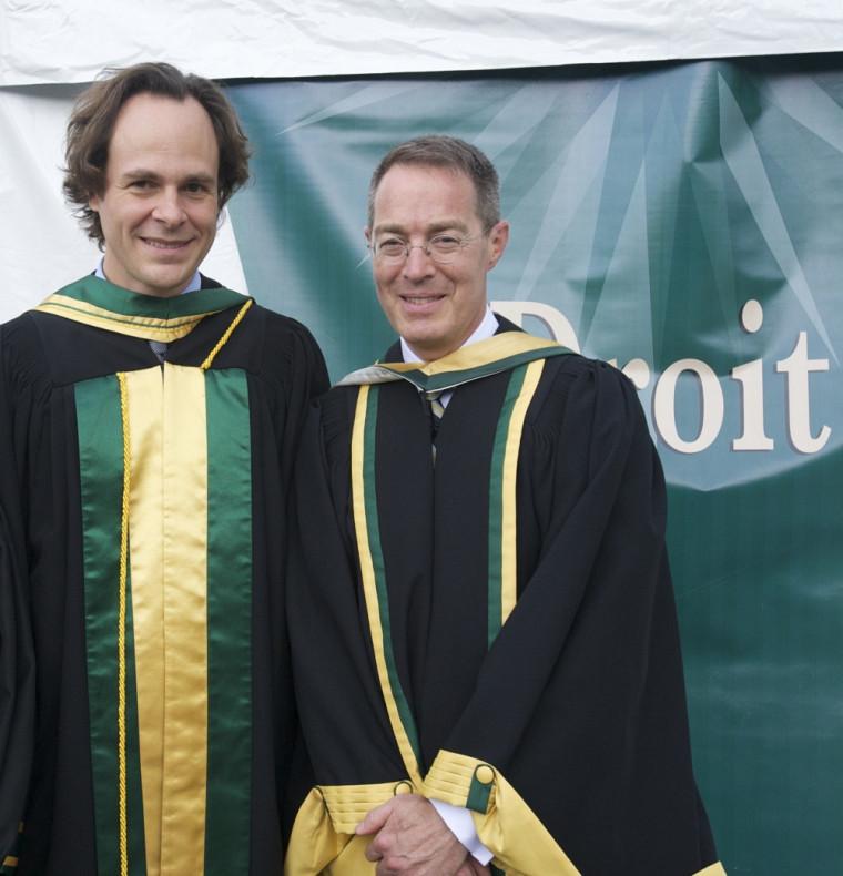 Le nouveau docteur d'honneur en compagnie du doyen Sébastien Lebel-Grenier.