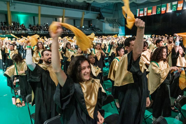 Les diplômées et diplômés ont été investis des couleurs de l'UdeS.