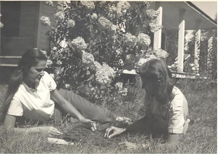 Anne Hébert et sa sœur devant la demeure familiale.