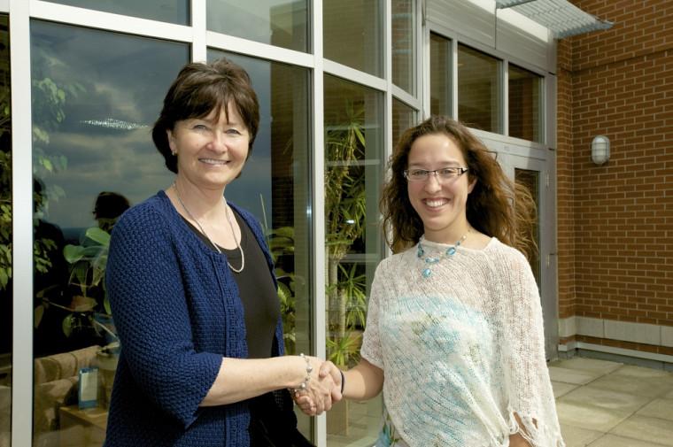 La doyenne Francine Turmel en compagnie d'Évelyne Beaudin, étudiante à la maîtrise en économique.