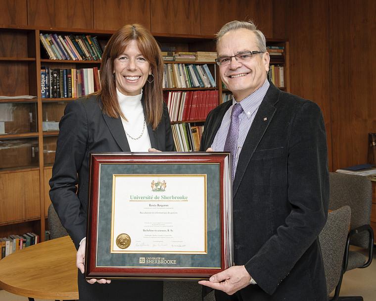 Renée Bergeron, diplômée en informatique de gestion de l'UdeS en 1985, a reçu une réédition de son diplôme des mains du doyen de la Faculté des sciences, le Pr Serge Jandl