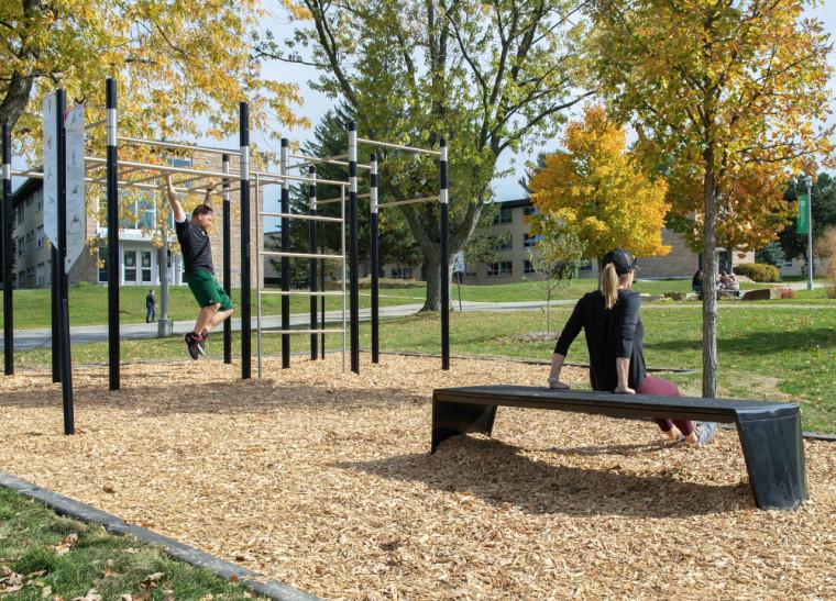 La station d'entraînement située dans le Coeur Campus, comme celle située derrière l'École de musique, permet la pratique de la callisthénie, où l'on utilise le poids de son corps pour s'entraîner.