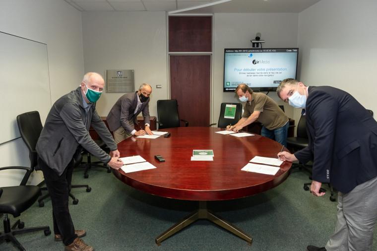 Les signataires du nouveau protocole(de gauche à droite) : PrJean Goulet, vice-recteur aux ressources humaines; PrPierre Cossette, recteur; PrPatrick McDonald, président de l'APPFMUS; et PrFernand Pierre Gendron, conseiller à l'APPFMUS.