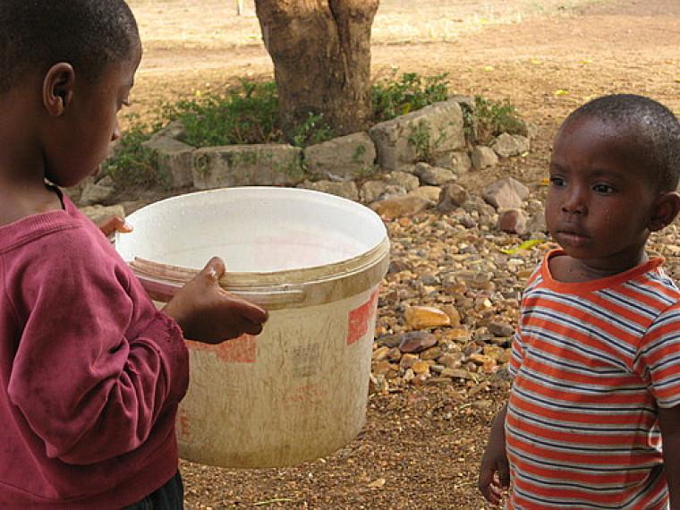 Cueillette d'eau de pluie à l'orphelinat