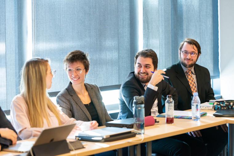 Ce nouveau cheminement doctoral en éthique et politique appliquées s'inscrit dans la tradition et la culture propre à l'Université de Sherbrooke, privilégiant une approche pratique et interdisciplinaire.