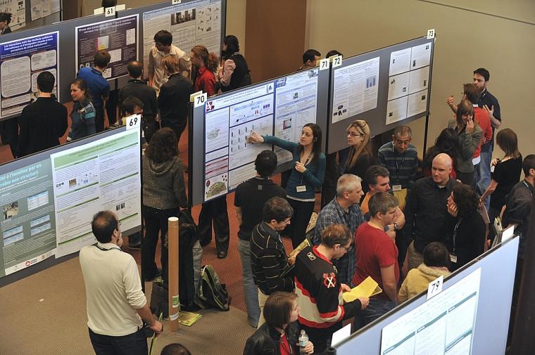 Les étudiantes et étudiants présentant leur affiche au grand public.