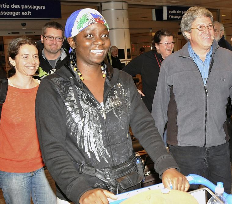 À l'avant, la professeure et chirurgienne Anne Méziat-Burdin, l'infirmière Martine Duperval et le professeur Pierre-Michel Roy, lors de leur arrivée à l'aéroport de Dorval.