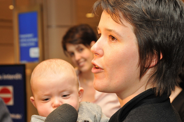 La résidente Élisabeth Leblanc retrouvant ses proches, dont son neveu, à l'aéroport.