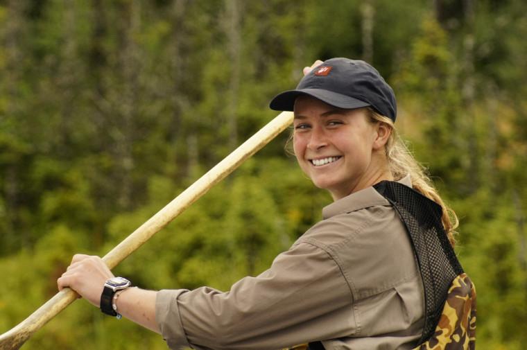 Élise Imbeau en pleine activité de canotage dans le cadre du forfaitRandonnée aventure au pays des caribous.