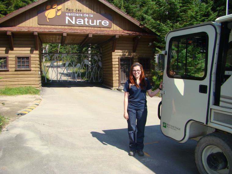 Carolyne Houle se préparant à animer la prochaine balade en train dans le Parc des sentiers de la nature.