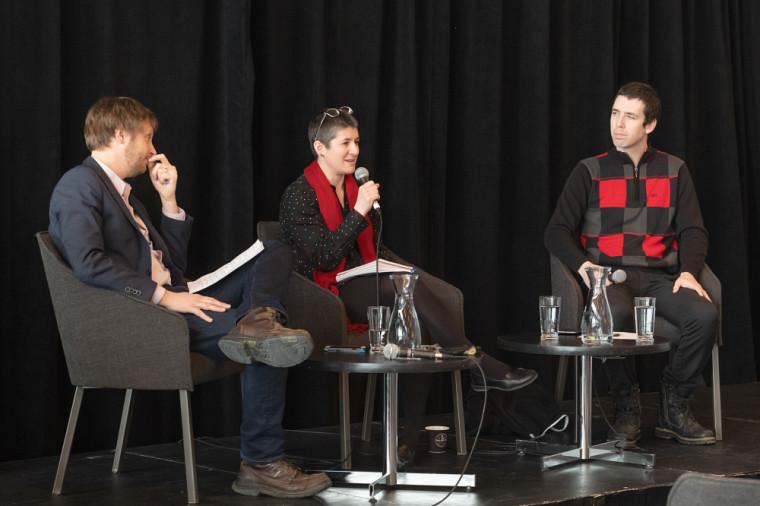 Des membres du corps professoral et un étudiant de l'UdeS participaient à une table ronde sur la liberté d'expression à l'université et les phénomènes de polarisation.