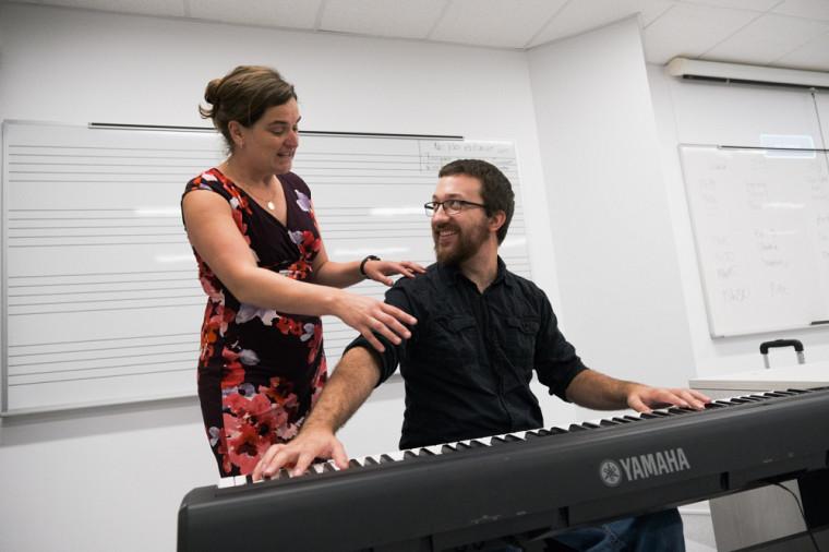 Judith Robitaille, ergothérapeute à la CURE, procédant à l'évaluation d'un étudiant pratiquant le piano.