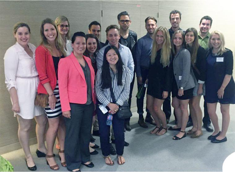 Les 15 étudiants et étudiantes qui ont participé au voyage d'études Euro Marketing 2016. Cette photo a été prise lors de leur visite dans les bureaux de L'Oréal Paris, en France.