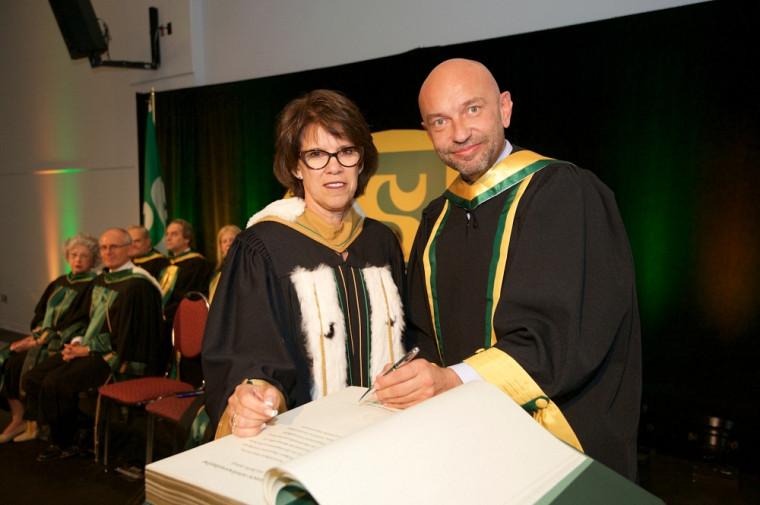 Philippe Augé a reçu son doctorat honoris causa des mains de la rectrice Luce Samoisette.
