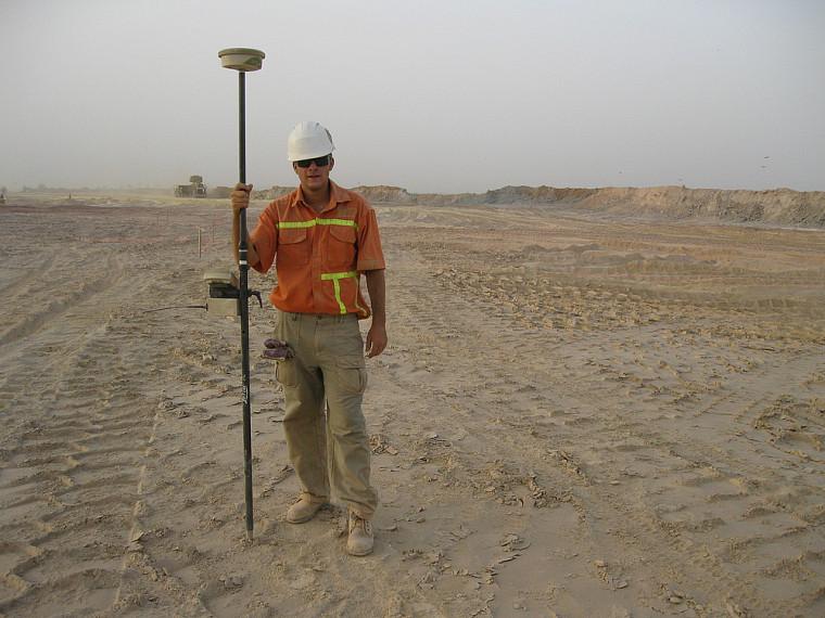 Vincent Lecours, un étudiant en géomatique appliquée à l'environnement de l'Université de Sherbrooke, lors de son stage dans le désert du Sahel au Burkina Faso.