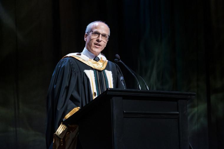 Le recteur, le professeur Pierre Cossette, s'adressant aux personnes diplômées, nouvelles ambassadrices et ambassadeurs de UdeS.