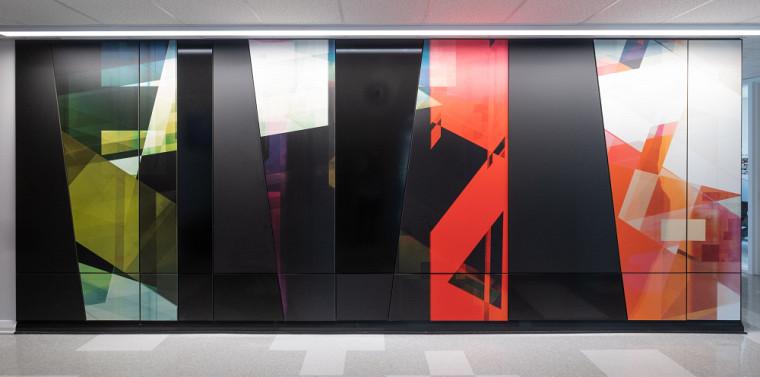 Une murale réalisée par Étienne St-Amant, diplômé en sciences de l'UdeS, est mise en valeur à l'École de musique, au Campus principal.