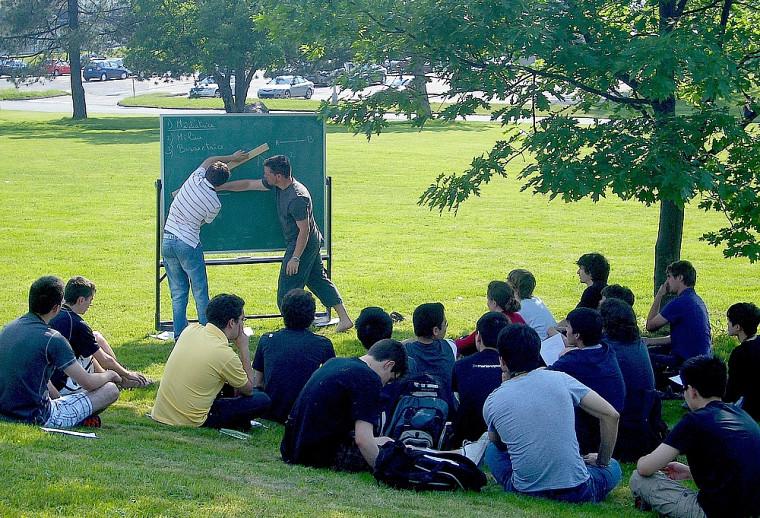 Classe verte pour ce cours de mathématique donné par le coordonnateur académique Mario Lambert, dans le cadre du camp de l'AMQ.