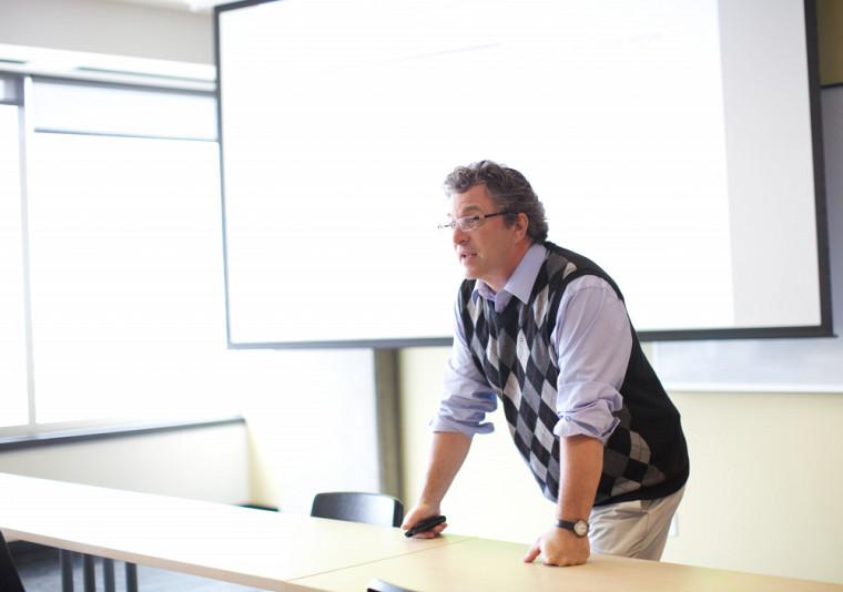 Le professeur Pierre Binette se spécialise dans les processus de négociation qui interviennent dans la décision politique, particulièrement sur la négociation lors de forums internationaux.