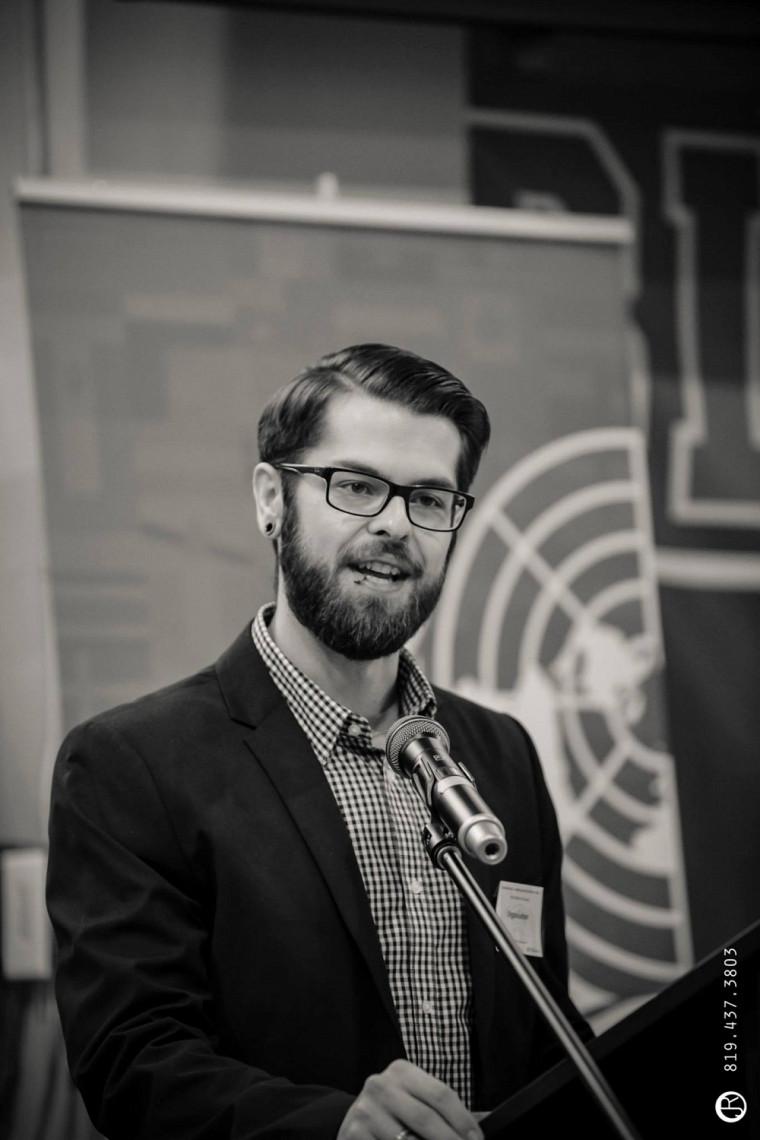 Pier-Olivier St-Arnaud est chargé de cours à l'École de politique appliquée et donne plusieurs cours portant, entre autres, sur la persuasion.