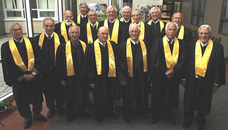 Les 15 diplômés de la Faculté de génie (Faculté des sciences en 1960) ont poursuivi leurs retrouvailles après l'événement.