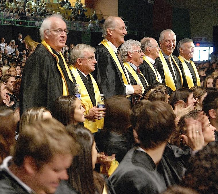 Les 34 diplômés cinquantenaires de l'UdeS, issus de la cohorte de 1960, ont été chaudement applaudis par la foule durant la cérémonie principale de la collation des grades.