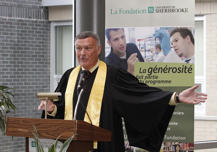 Le bénévole et donateur Jean-Marc Donahue, diplômé de la Faculté d'administration (Faculté de commerce en 1960), s'est adressé à ses consoeurs et confrères avec enthousiame.