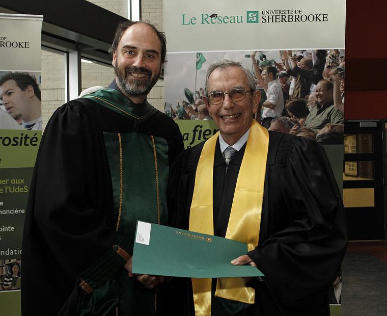 L'ingénieur Robert Leblanc a reçu son parchemin honorifique marquant ses 50 ans de diplomation des mains du Pr Jacques Beauvais, vice-recteur à la recherche.