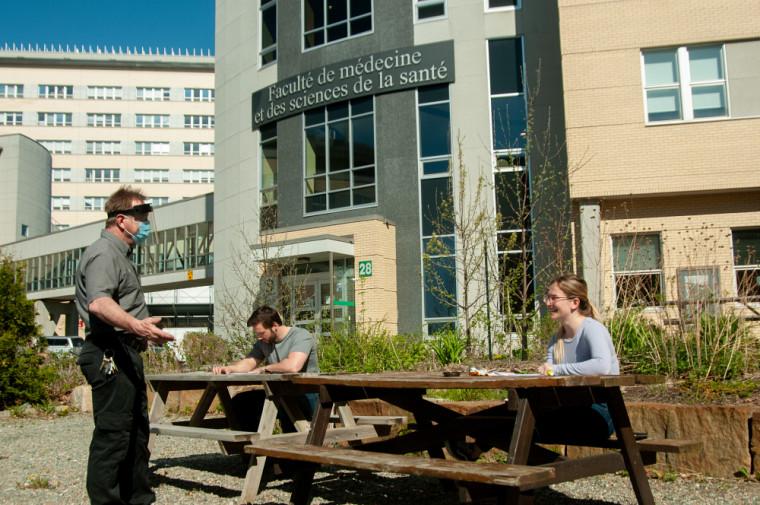 Des personnes étudiantes et du personnel intègrent de nouvelles normes de distanciation au Campus de la santé.