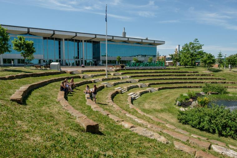 De nombreux espaces extérieurs sur les campus favorisent les échanges et peuvent être utilisés dans un contexte d'apprentissage et d'enseignement.