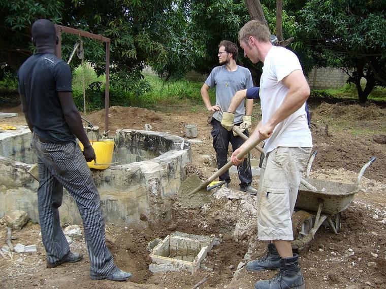 Sur le terrain, les travaux avancent, notamment le coulage des socles de béton.