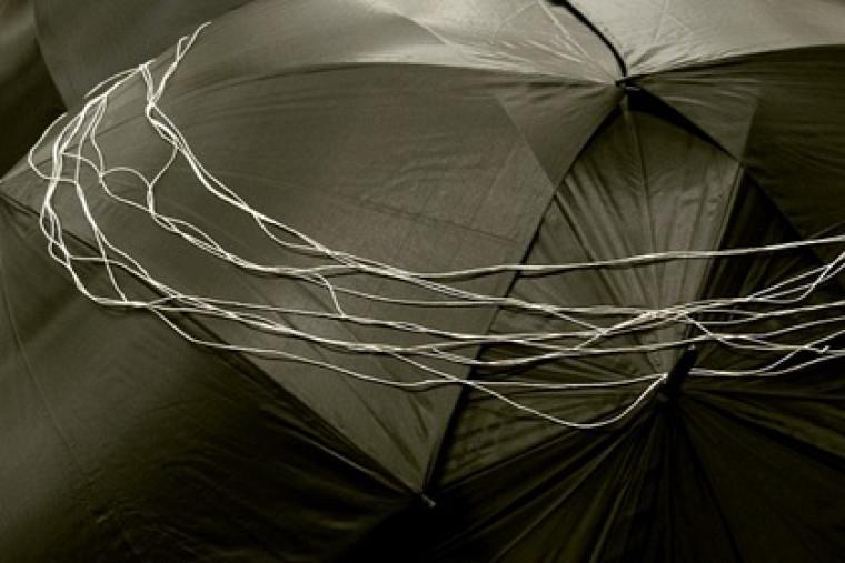 Yvon Proulx, Ouvrage, 2012. Parapluies, ficelle, tissus, 85 x 230 x 700 cm ©Yvon Proulx.