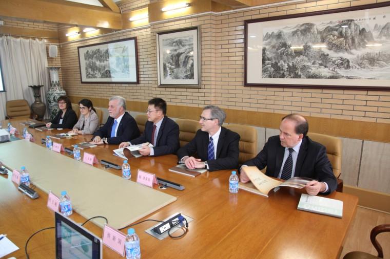 Durant cette mission diplomatique, le Pr Chang Shu Wang s'est joint au premier ministre Couillard pour une visite à l'hôpital universitaire Qilu. Ils ont notamment discutéde la coopération Québec-Shandong en radio-oncologie.