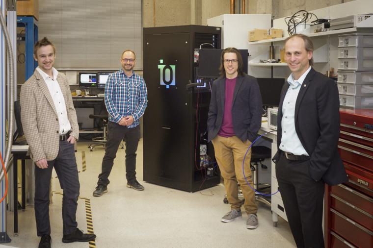 À partir de la gauche: Julien Camirand Lemyre, le Pr Michel Pioro-Ladrière, David Roy-Guay et le Pr Dominique Drouin