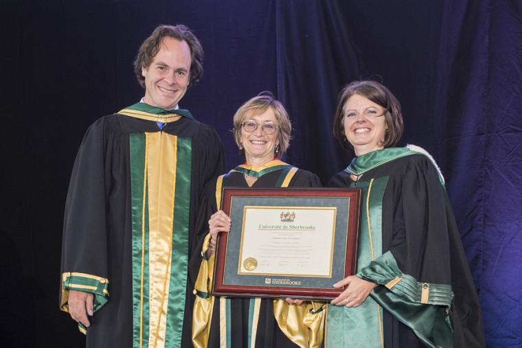 La nouvelle docteure d'honneur, Marie Deschamps, en compagnie du doyen Lebel-Grenier et de la vice-rectrice aux études, la Pre Lucie Laflamme.