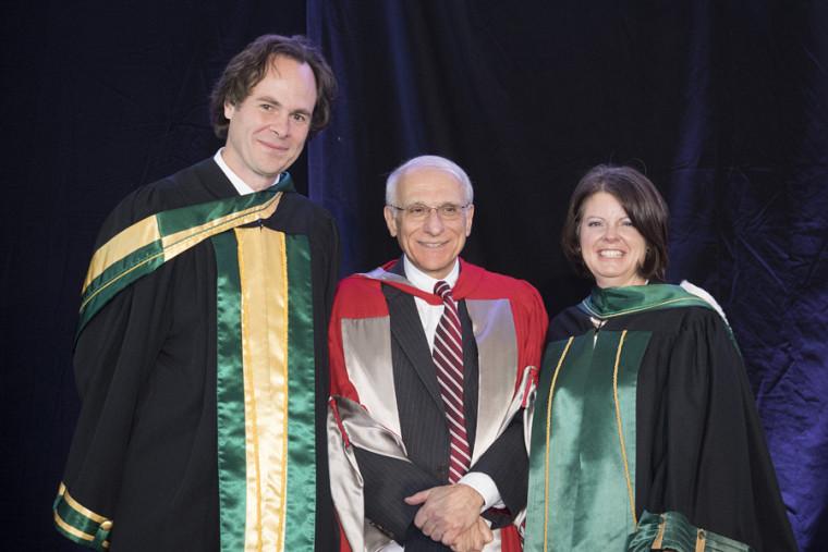 Robert P. Kouri, récipiendaire du prix Grande distinction en enseignement universitaire, en compagnie du doyen Lebel-Grenier et de la vice-rectrice aux études, la Pre Lucie Laflamme.