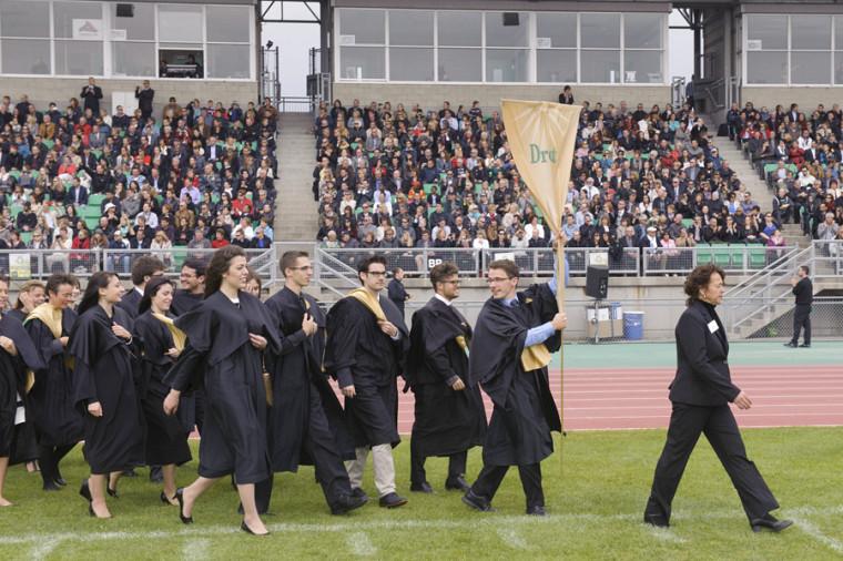 Charles Guay, le porte-étendard, a fièrement mené la cohorte 2014 dans la rose des vents, symbole de l'événement.