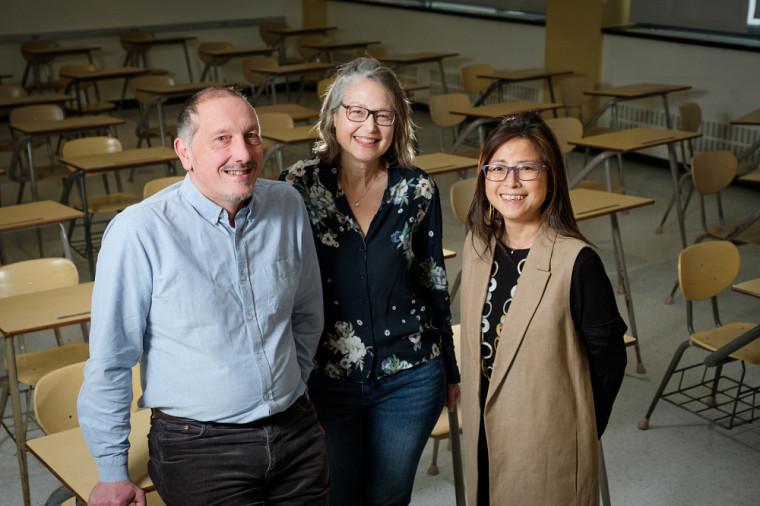 Les professeurs Olivier Dezutter et Lynn Thomas, de l'UdeS, ainsi que Sunny Man Chu Lau, de l'Université Bishop's