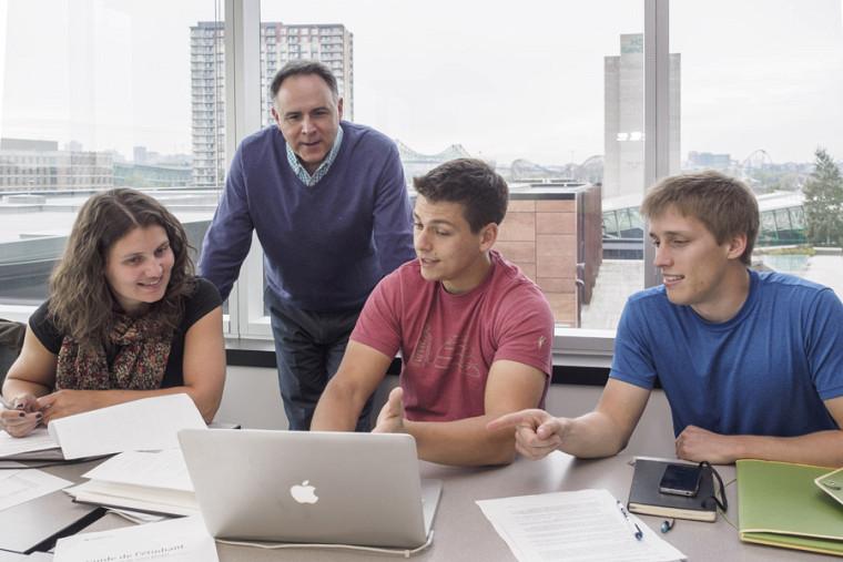En classe avec les étudiants de la maîtrise en environnement au Campus de Longueuil.