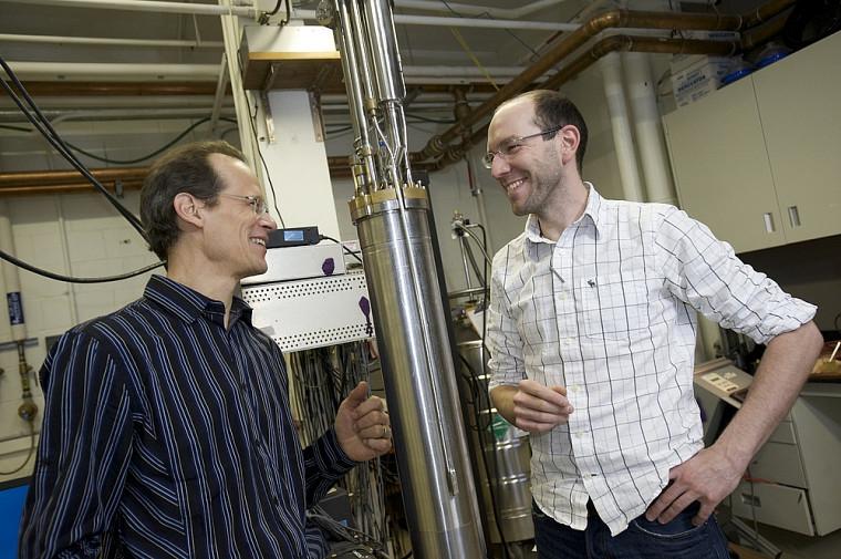Les professeurs Louis Taillefer et Nicolas Doiron-Leyraud, coauteurs de l'article dans Nature, près d'un réfrigérateur à dilution qui sera inséré dans le cryostat.