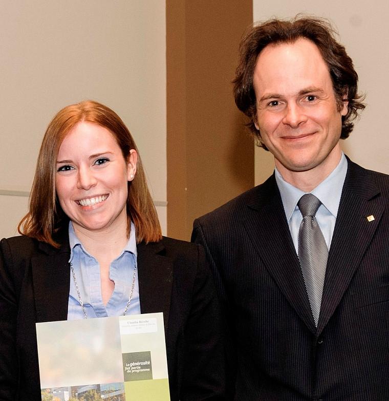 Claudia Bérubé, récipiendaire de la médaille Albert-Leblanc et du Prix du doyen, en compagnie du doyen Sébastien Lebel-Grenier.
