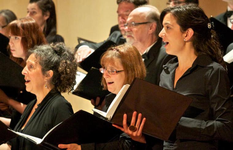 Depuis 2000, pendant une semaine intensive à la fin juin, des choristes expérimentés du Québec et d'ailleurs se réunissent à l'UdeS pour partager leur passion pour le chant choral.