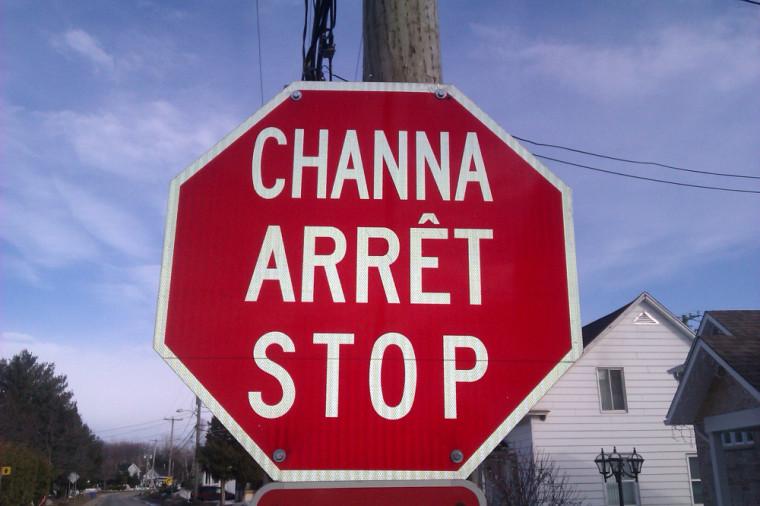 Signalisation trilingue à Odanak