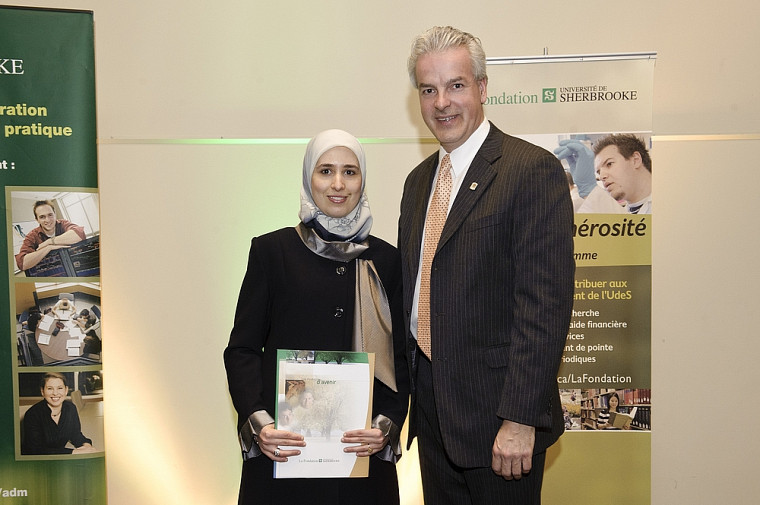 Amina Ghizlane Benomar, récipiendaire de la bourse de l'Union des municipalités du Québec, accompagnée du maire de Sherbrooke, Bernard Sévigny.