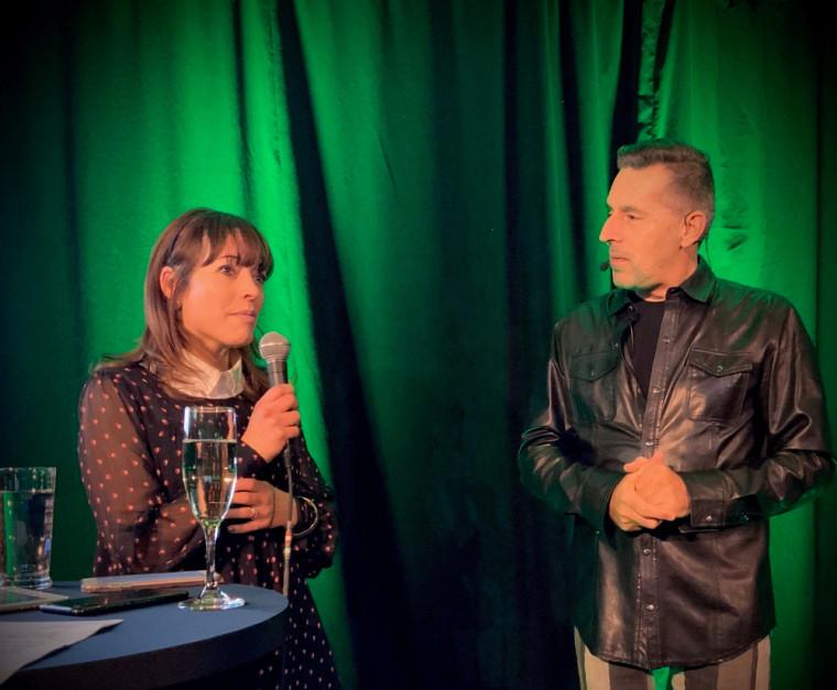 L'artiste, animateur et médiateur culturel Sylvain Dodier, à droite, lors d'une rencontre devant public faisant suite à un spectacle, avec la parfumeuse Alexandra Bachand.