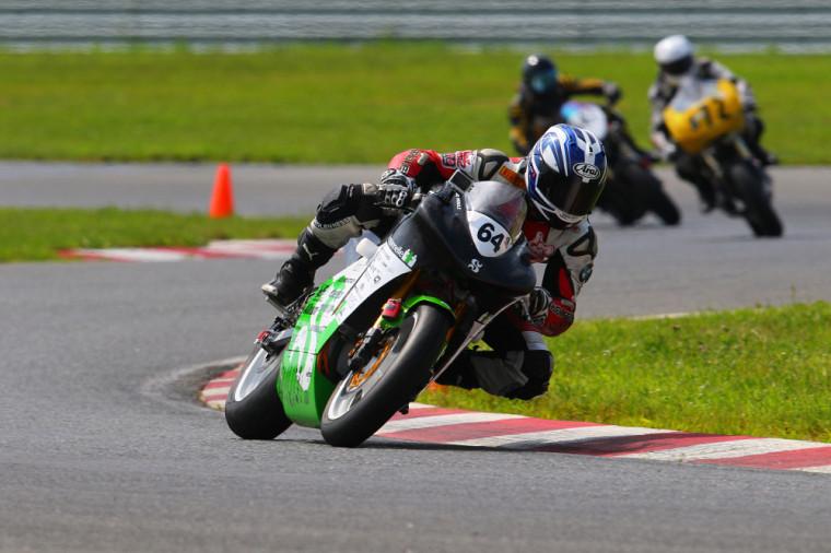 EMUS célébrant sa victoiresur la piste du New Jersey Motorsports Park (USA)
